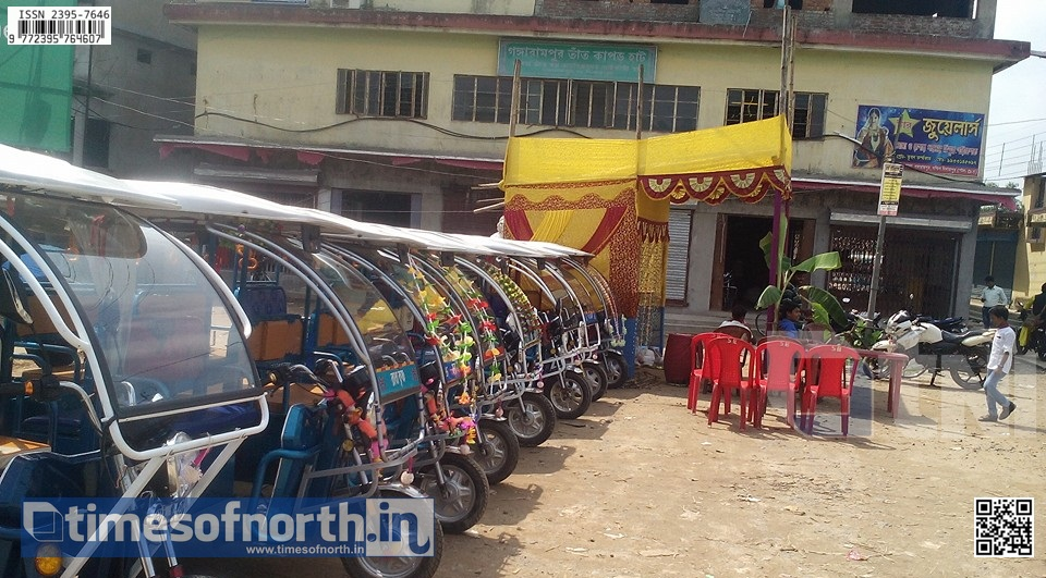 E-Rickshaws Making Life Hell for Traffic and Also the Passengers at Dakkin Dinajpur