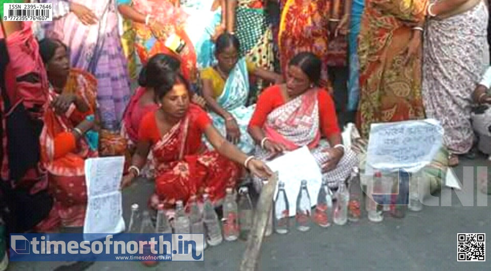 Women Force Blocks Road at Jamaldaha for Protesting Illegal Liquor Sale [VIDEO]